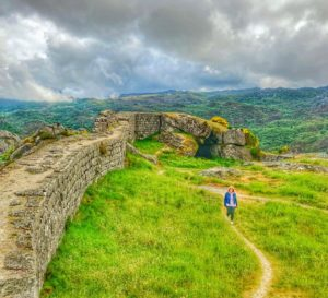 Melgaço_ana_zapatillas_pasea_por_el_castillo